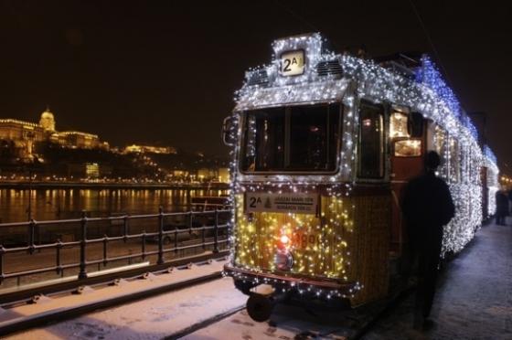 budapest-christmas-tram2_574_382